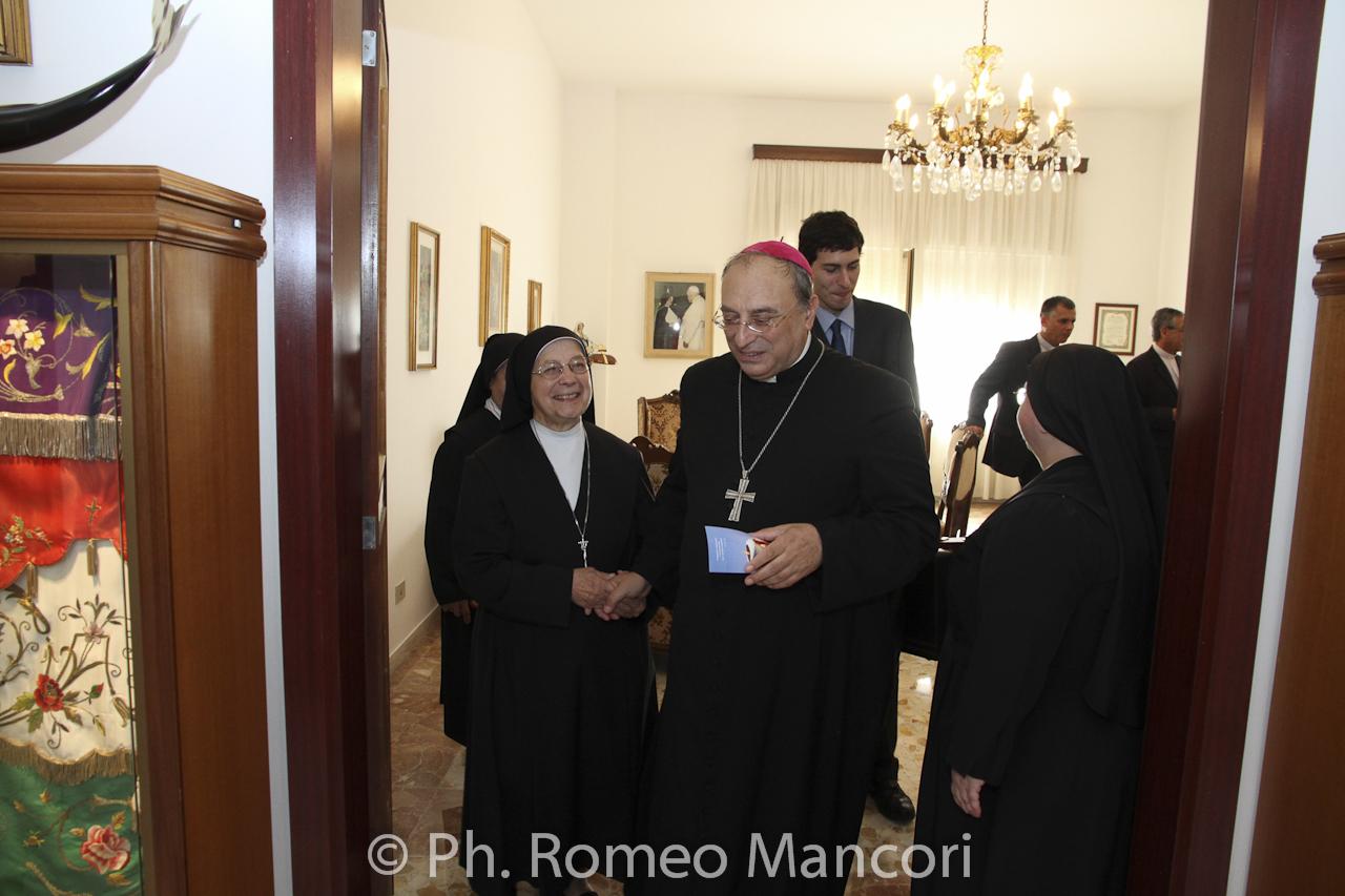 Il Vescovo saluta le suore