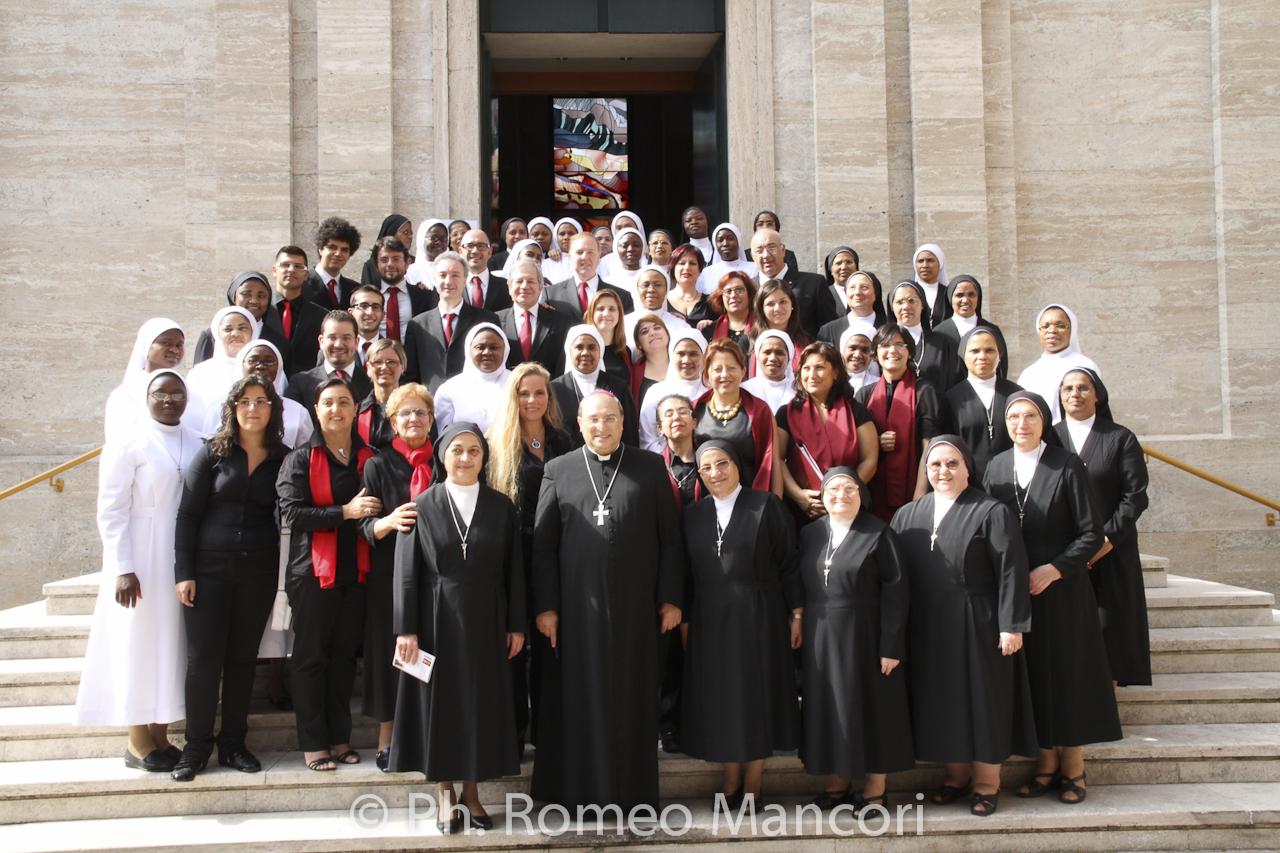 Foto di gruppo con il Vescovo ed il Gruppo del coro della diocesi di Roma